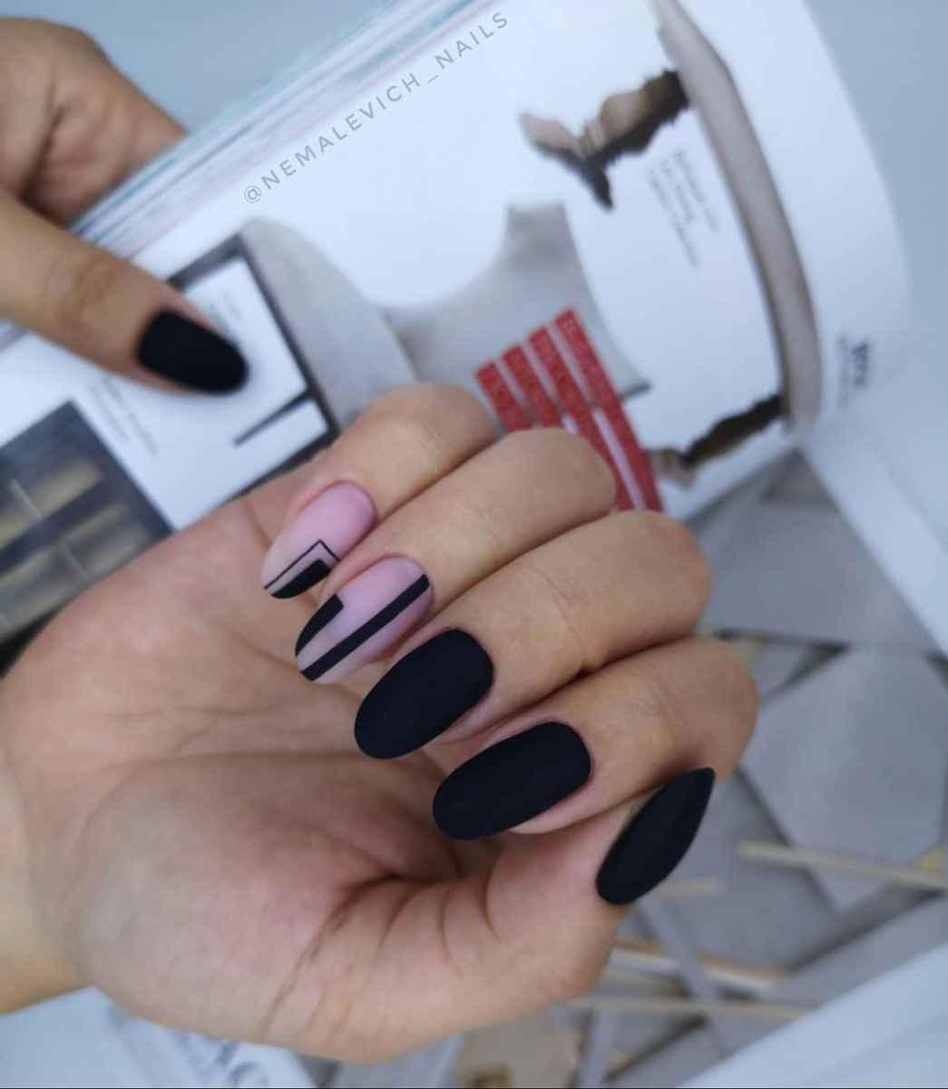 Черный матовый френч на миндалевидных ногтях фото_11