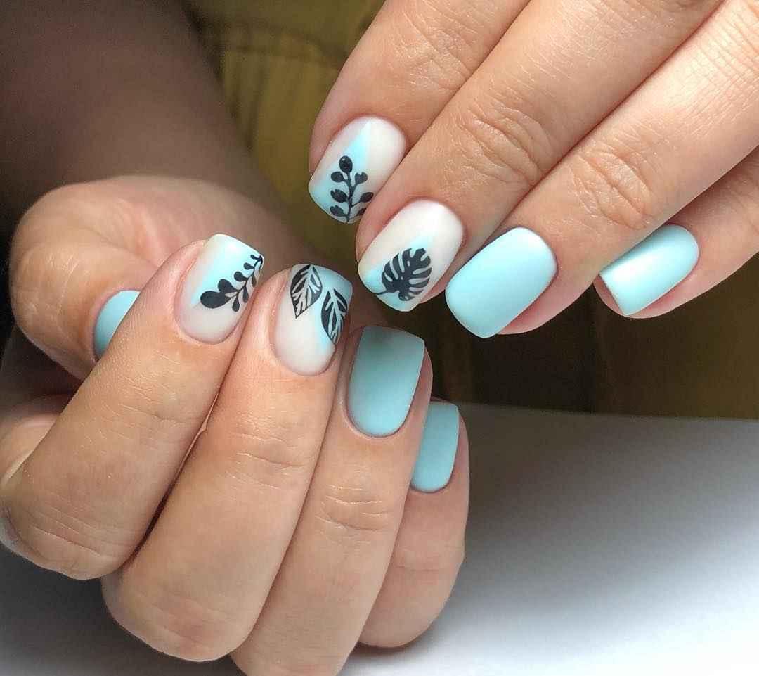 Нежный френч с рисунком на коротких ногтях фото_17