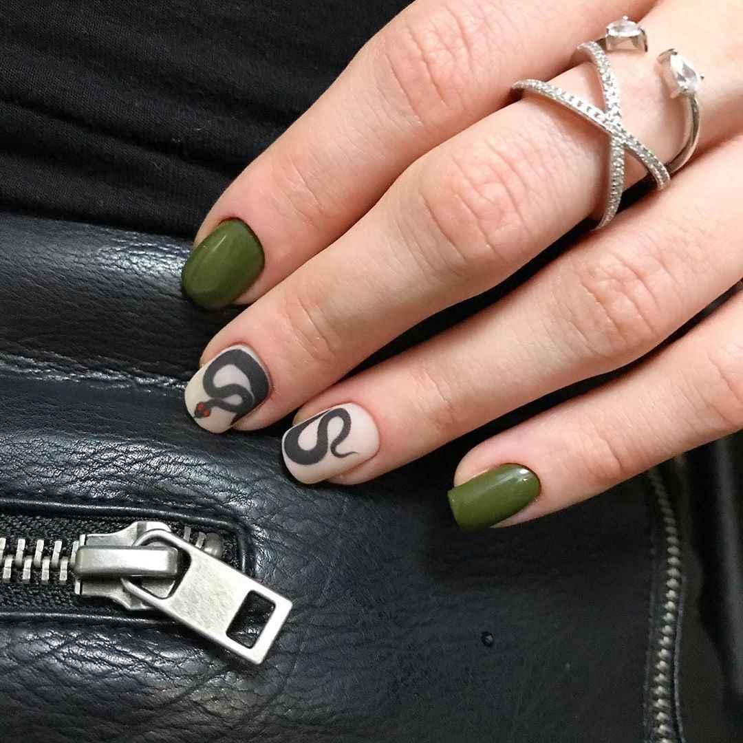 Маникюр на короткие ногти со змеей фото_10