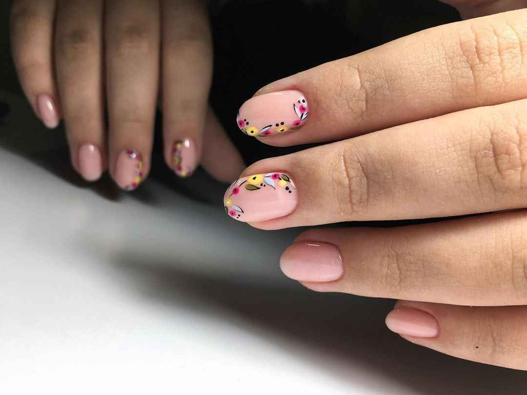 Нежный френч с рисунком на коротких ногтях фото_14