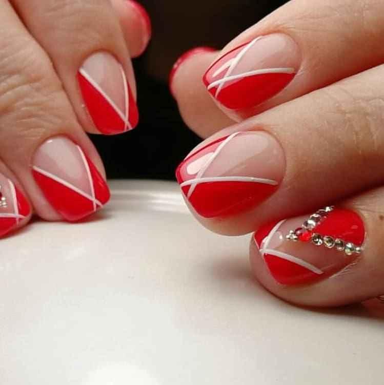 Треугольный френч на коротких ногтях фото_1