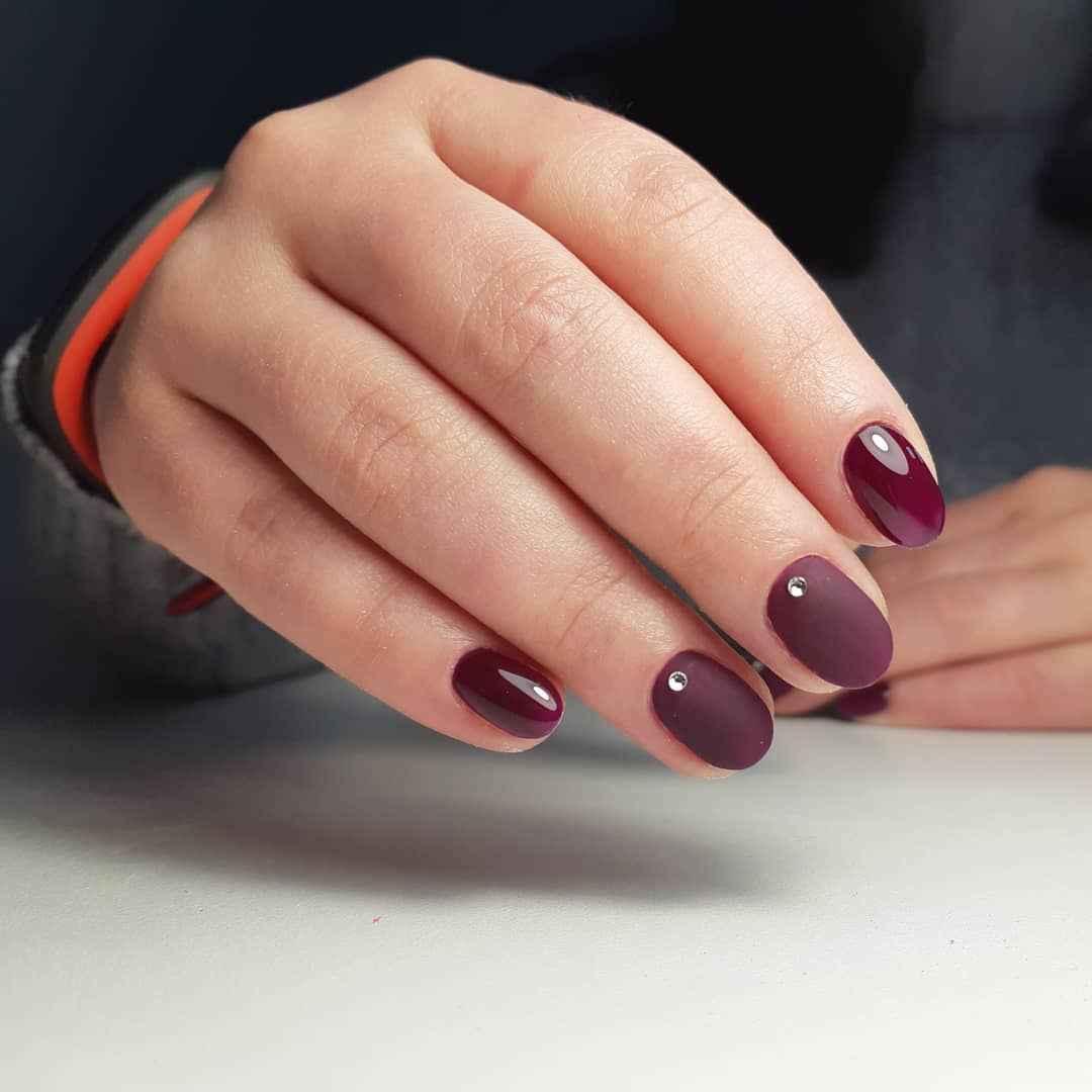 Бордовый френч на коротких ногтях фото_6