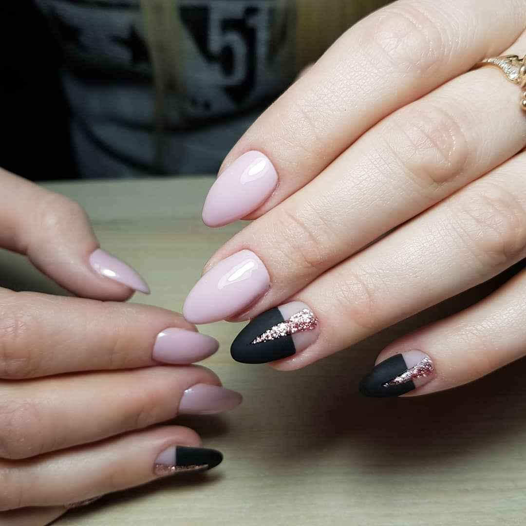 Черный матовый френч на миндалевидных ногтях фото_10