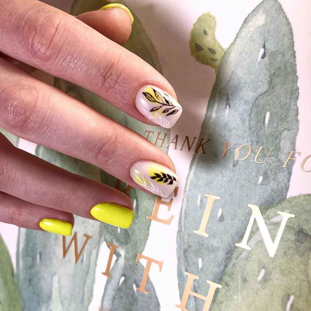 Нежный френч с рисунком на коротких ногтях фото_2