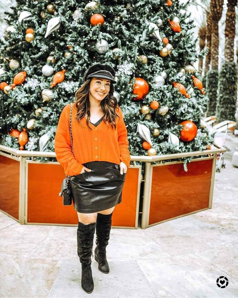 С чем носить кожаную юбку зимой фото_18