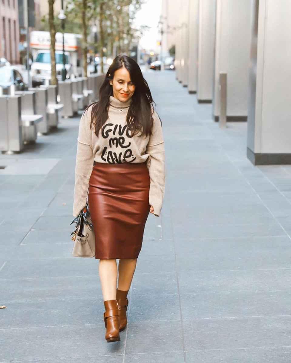 С чем носить кожаную юбку зимой фото_29