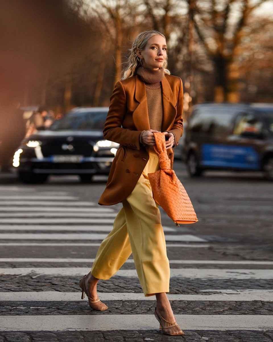 Как одеться на 8 марта женщине на работу фото_28