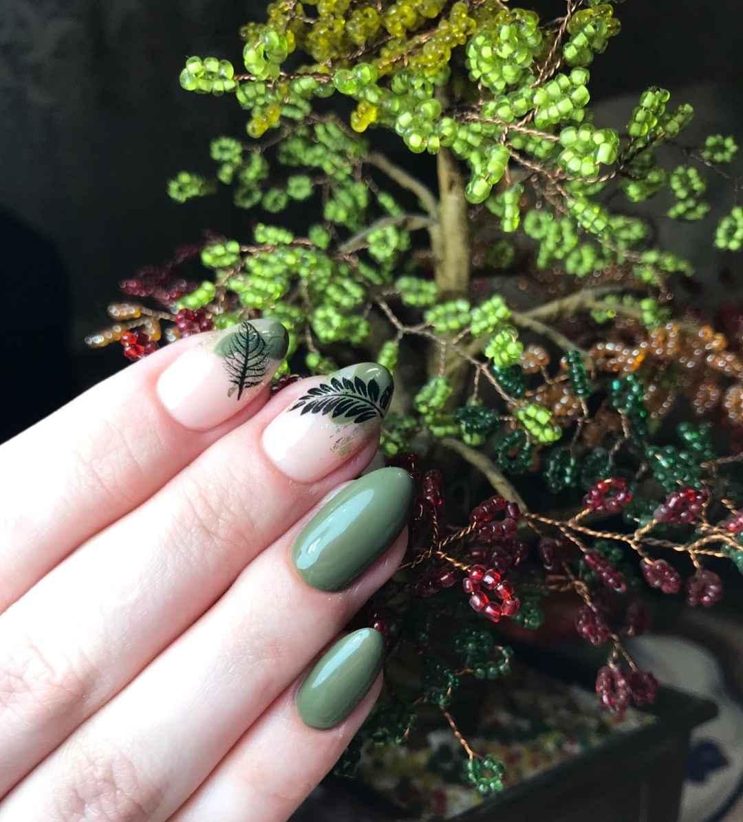Модный оливковый маникюр 2020 фото_38