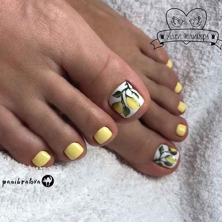 Желтый педикюр 2020 фото_43
