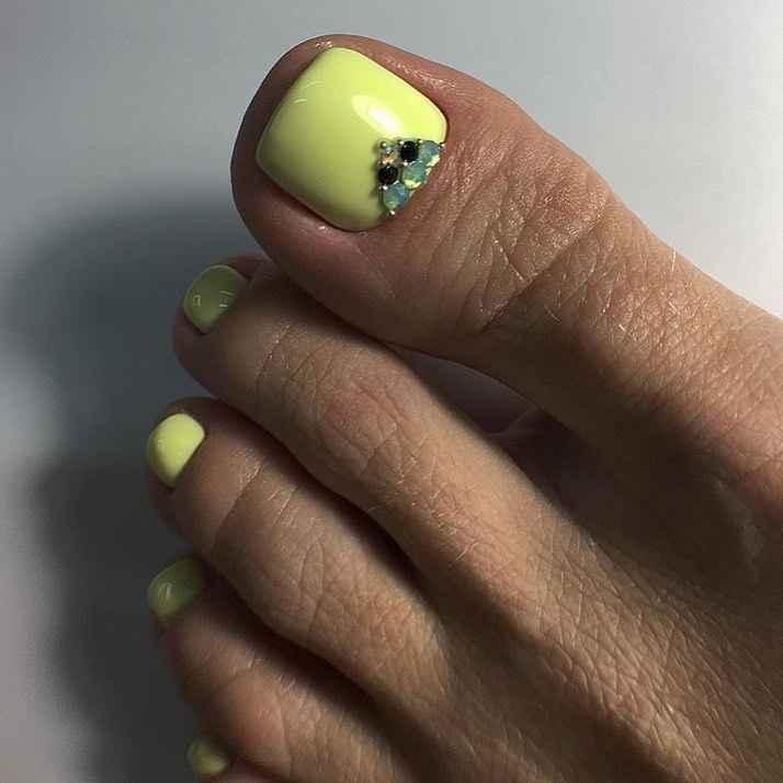 Желтый педикюр 2020 фото_26