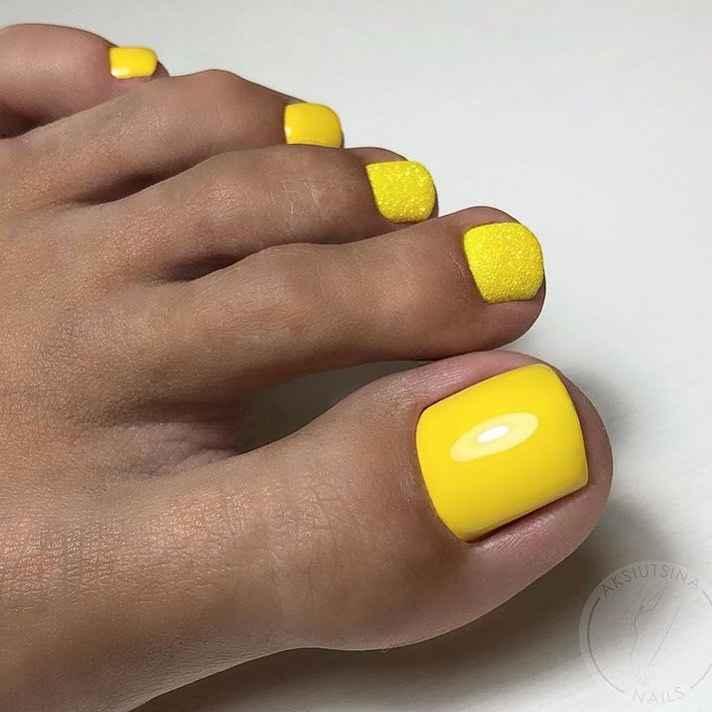 Желтый педикюр 2020 фото_20