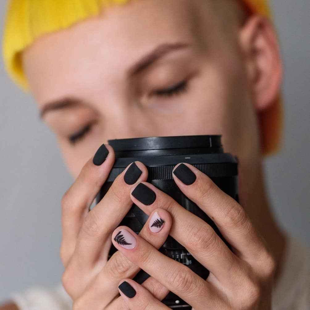 Маникюр с папоротником на короткие ногти фото_7