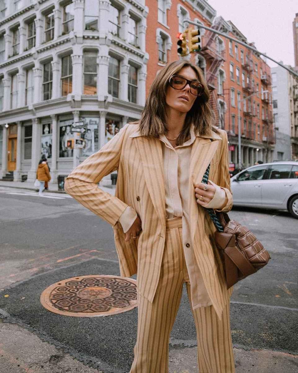 Модные и красивые брючные костюмы 2020-2021 фото_28