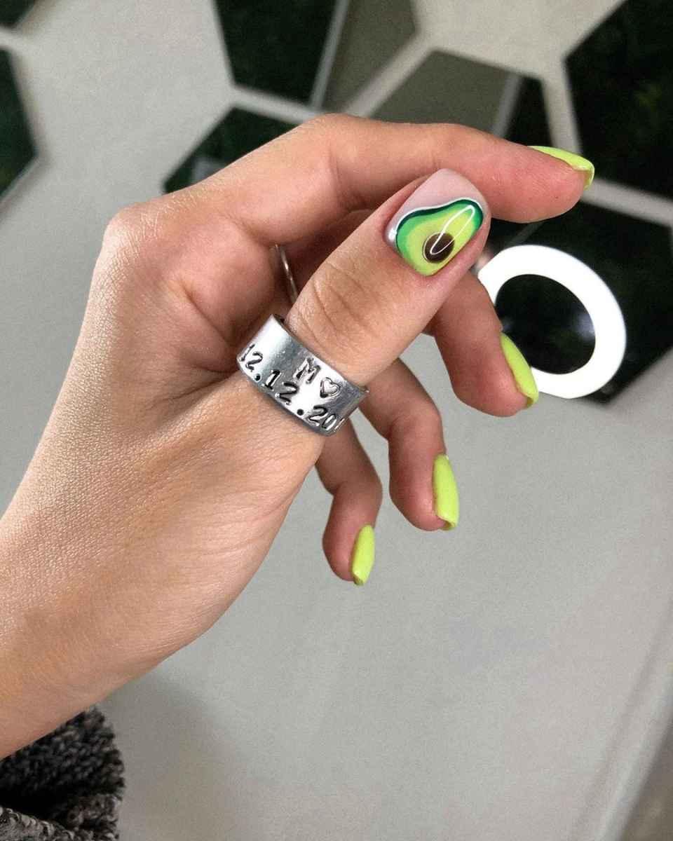 Маникюр с авокадо на одном пальце фото_11