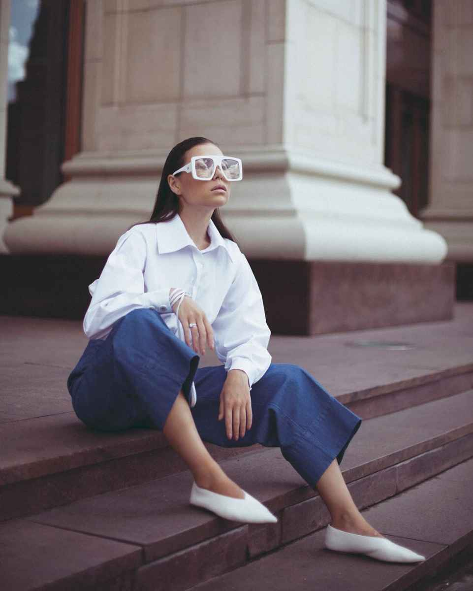 С чем носить белую рубашку оверсайз фото_5