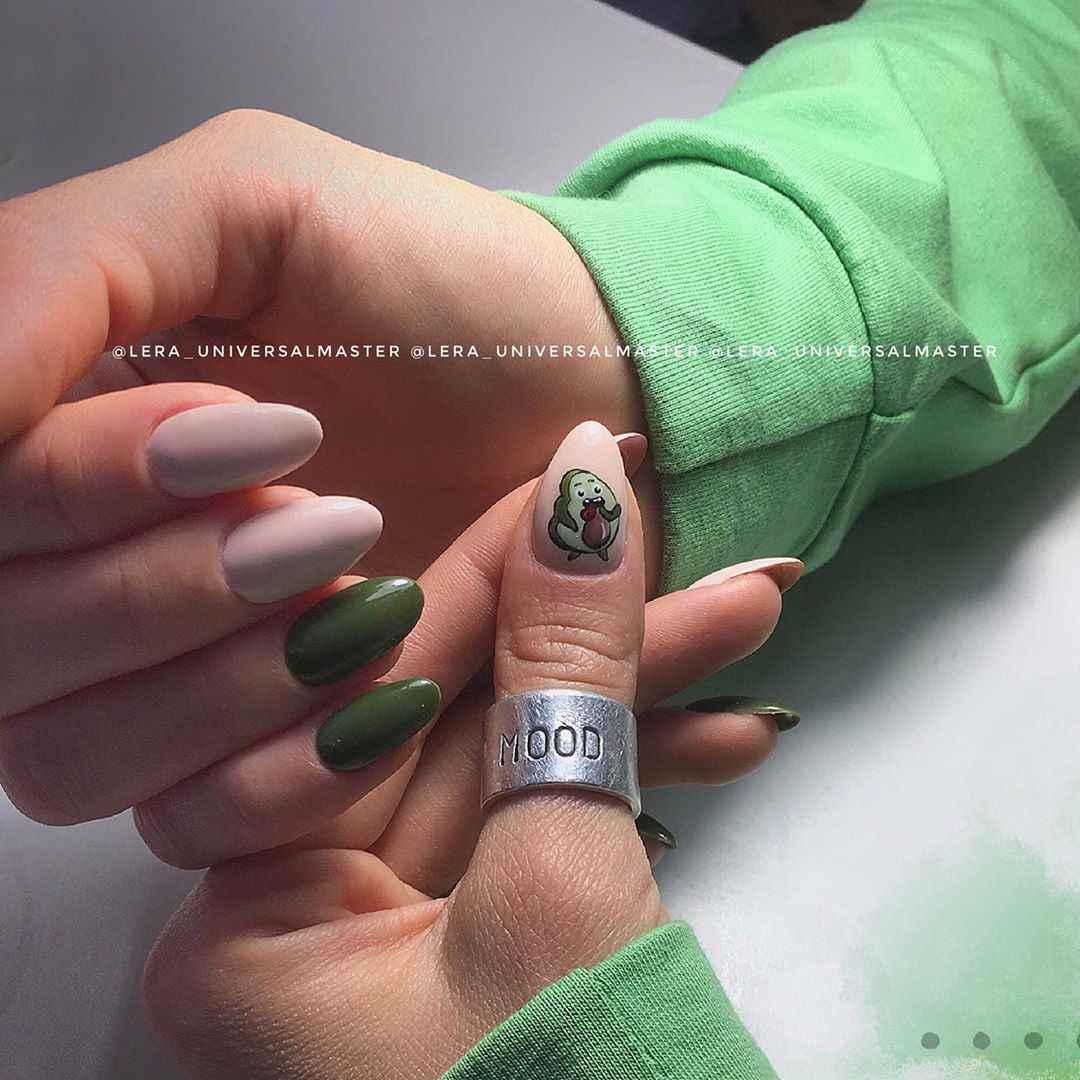 Маникюр с авокадо на одном пальце фото_2