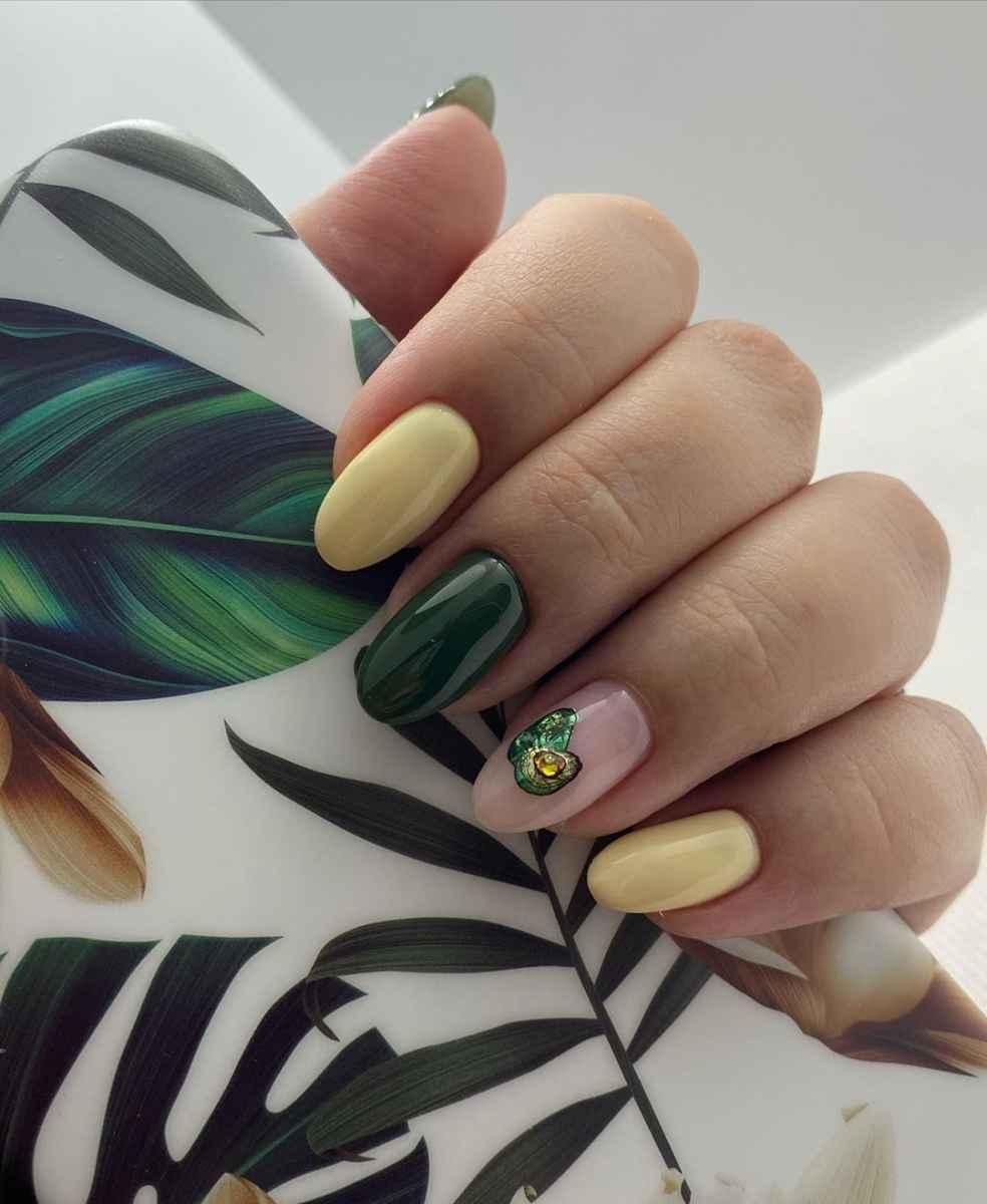 Маникюр с авокадо на одном пальце фото_7