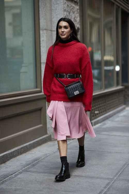 С чем носить красный свитер фото_27