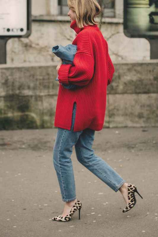 С чем носить красный свитер фото_26