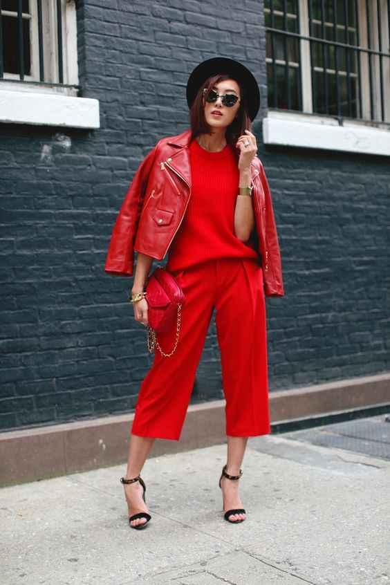 С чем носить красный свитер фото_25