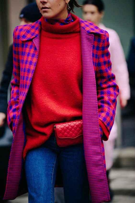 С чем носить красный свитер фото_19