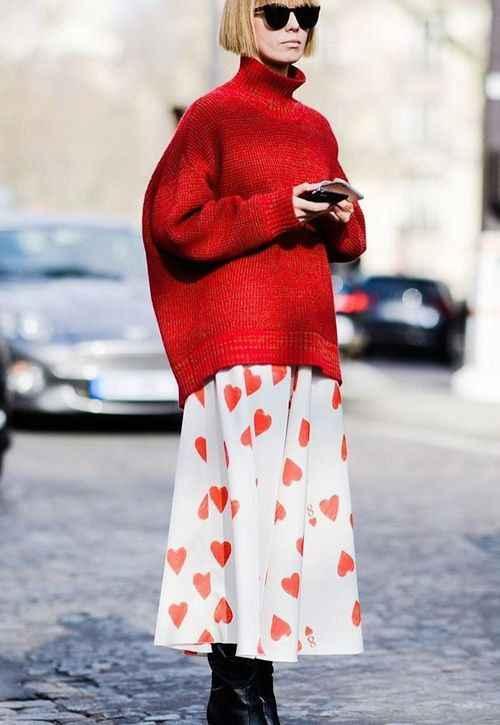 С чем носить красный свитер фото_10