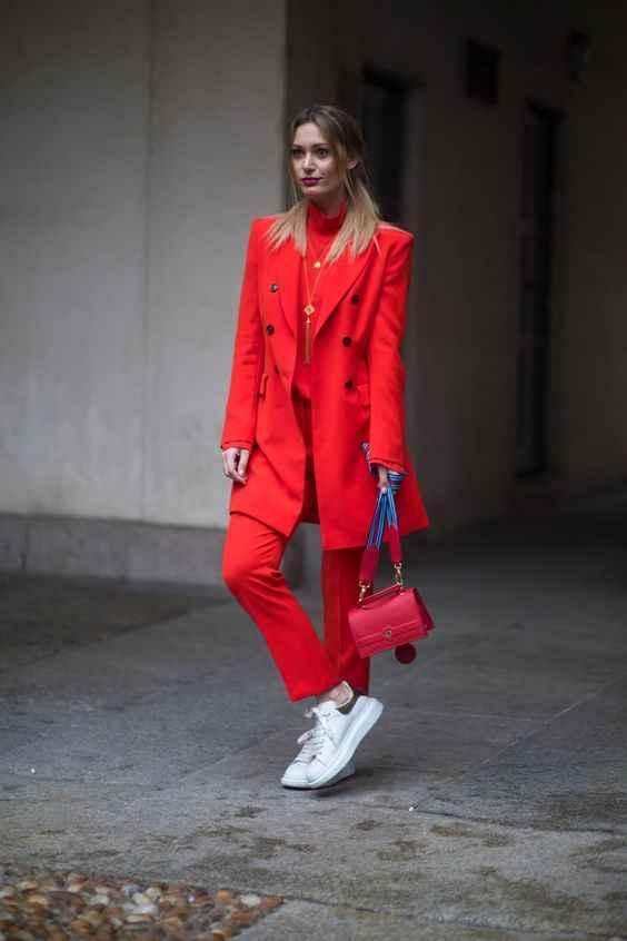 С чем носить красный свитер фото_17