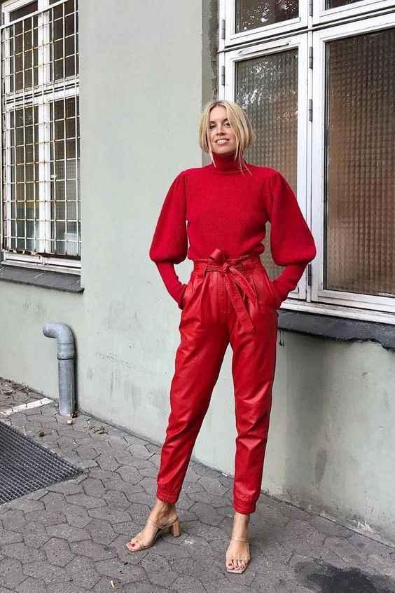 С чем носить красный свитер фото_13