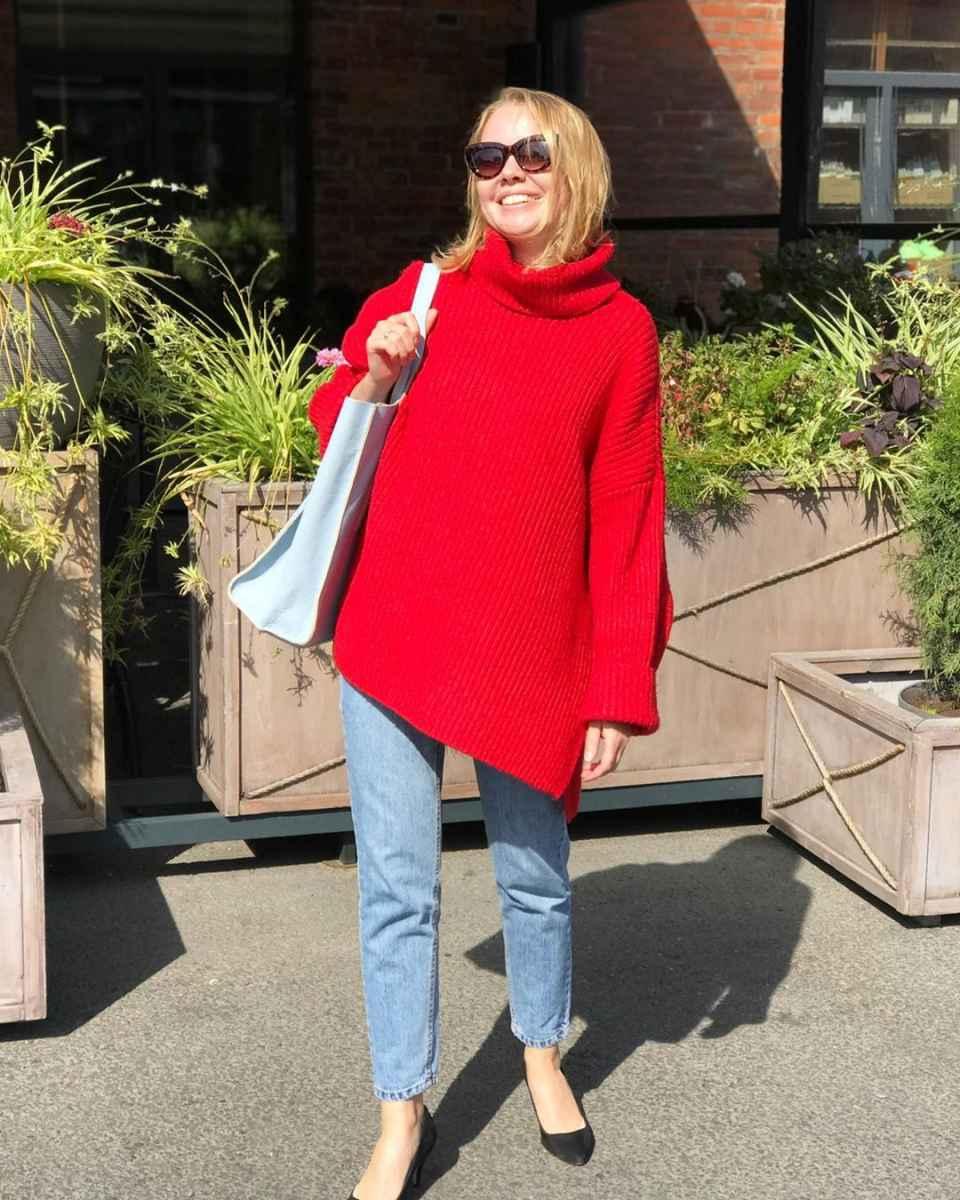 С чем носить красный свитер фото_49