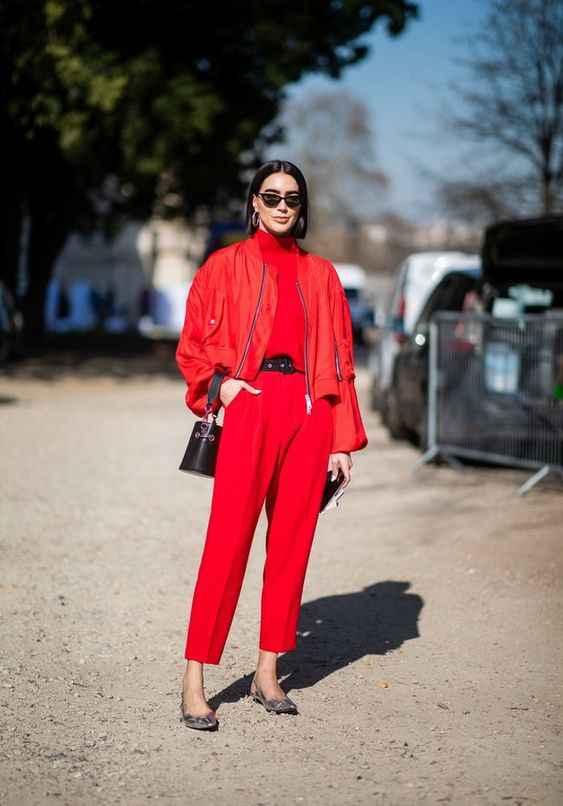 С чем носить красный свитер фото_8