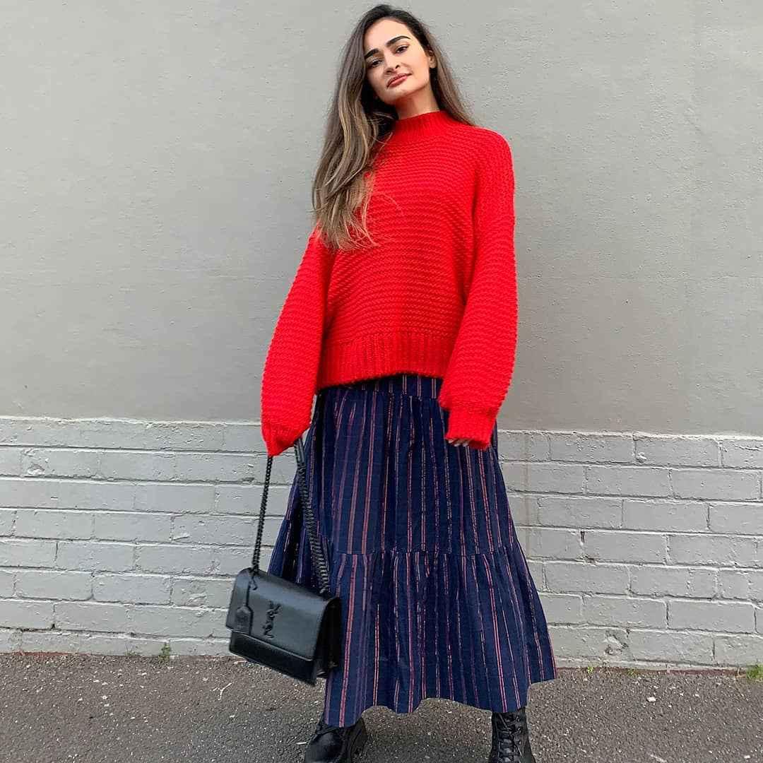 С чем носить красный свитер фото_37