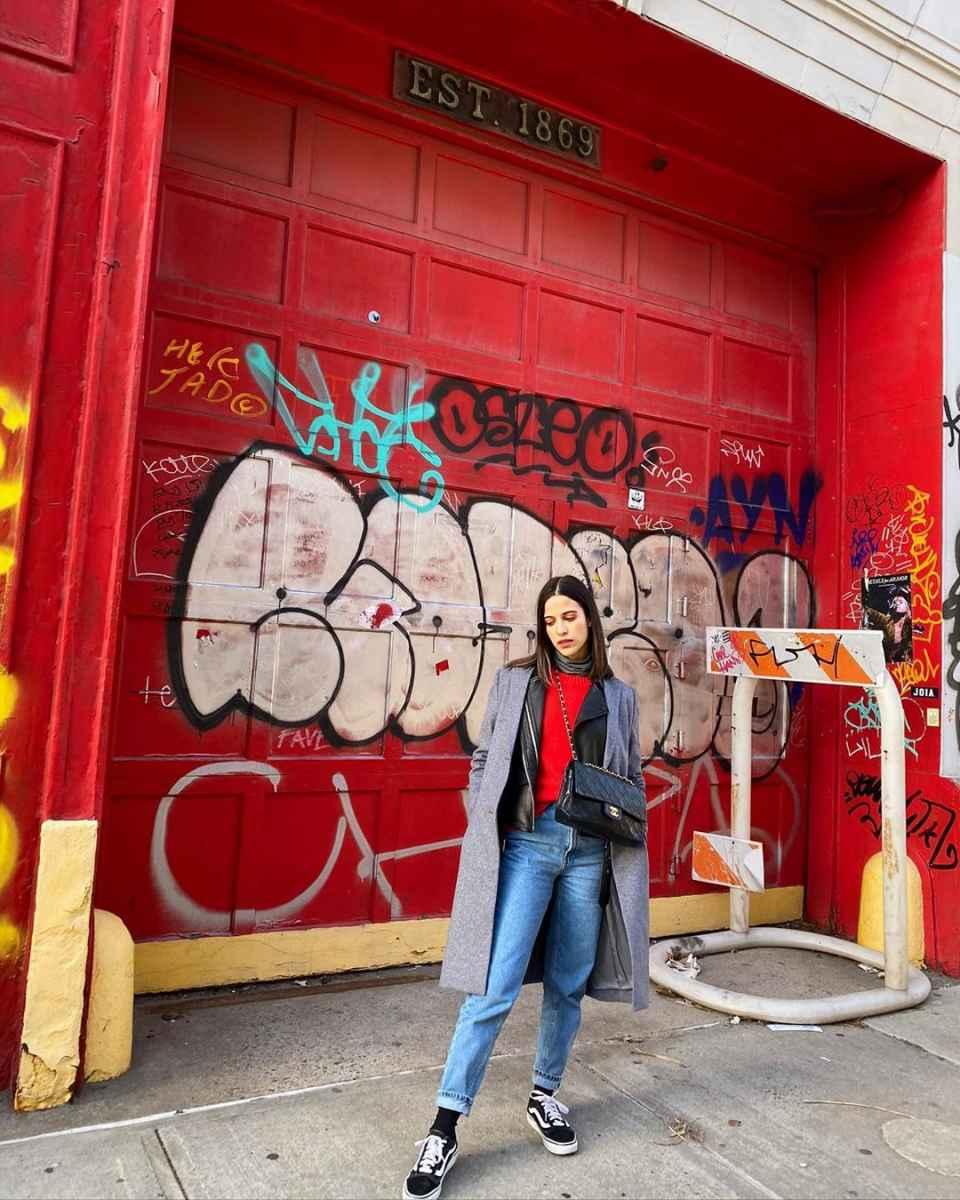 С чем носить красный свитер фото_28