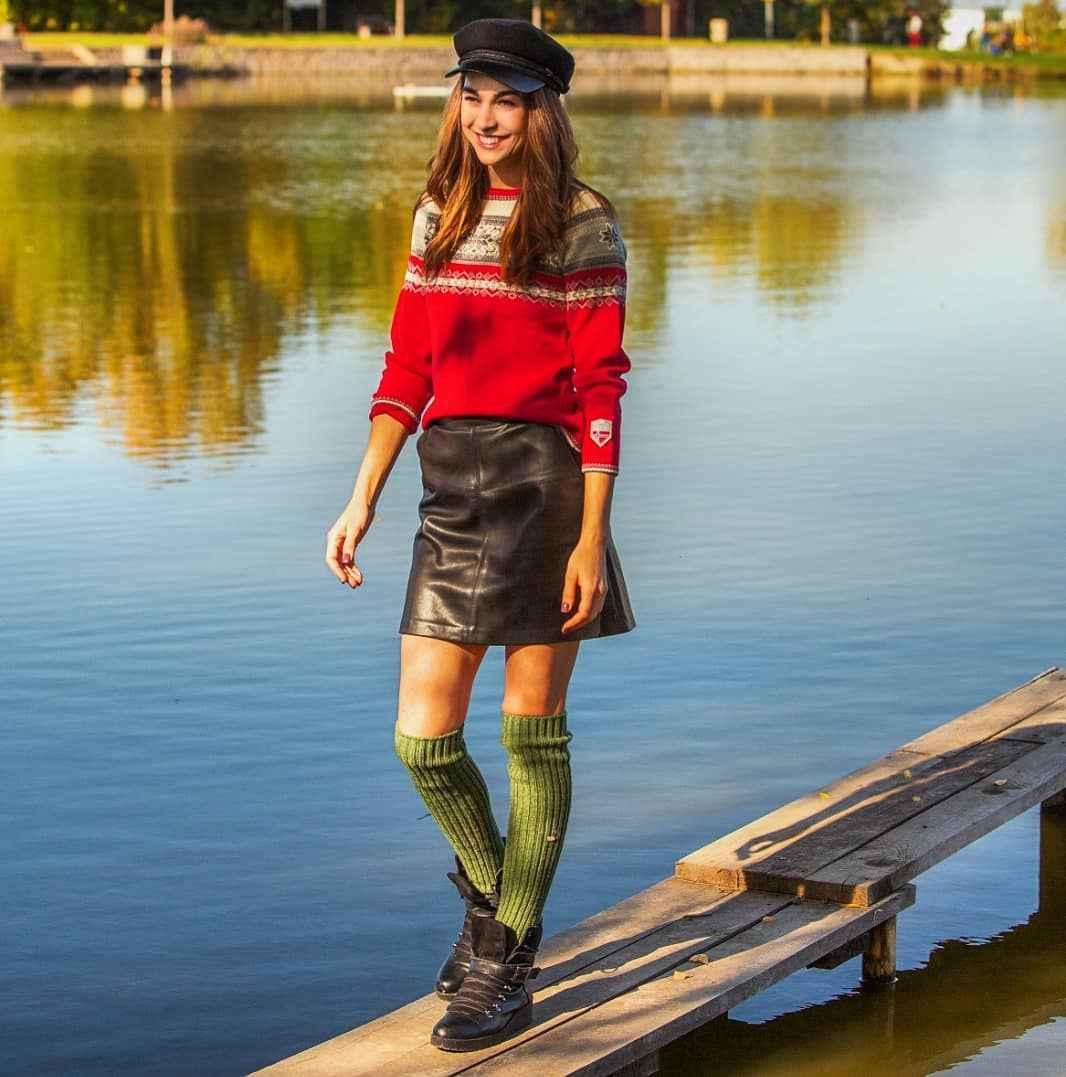 С чем носить красный свитер фото_31