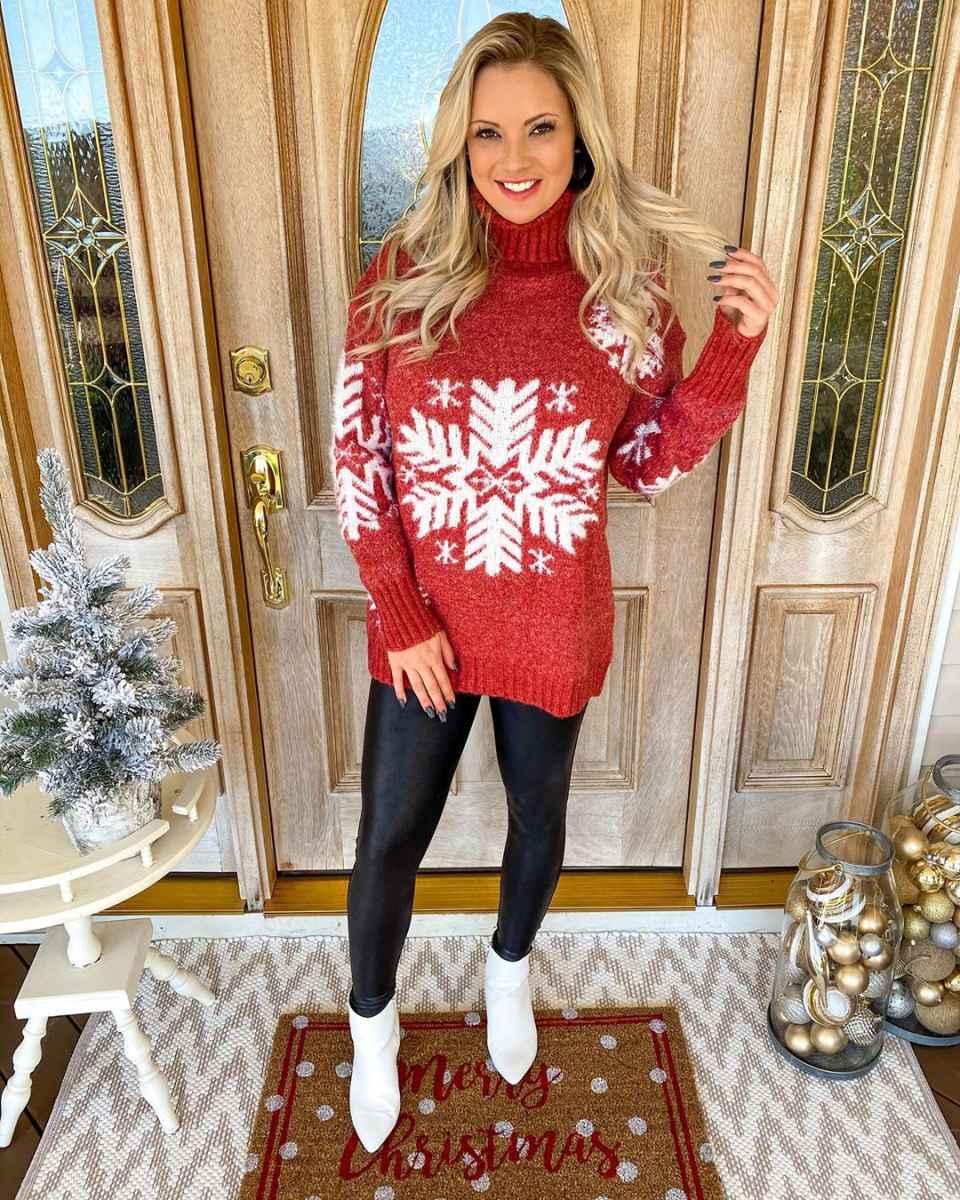 С чем носить красный свитер фото_42