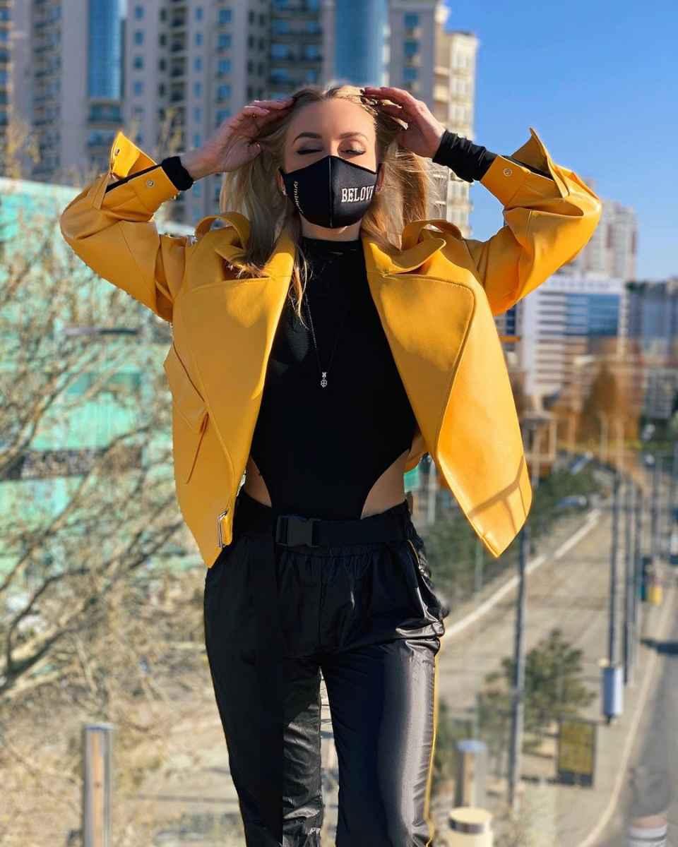 С чем носить желтую куртку фото_26